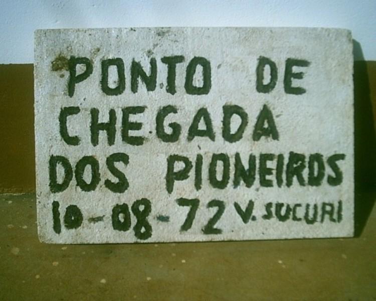 Placa de chegada dos pioneiros de Canarana.