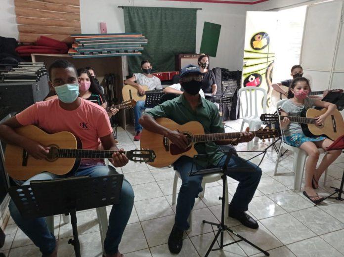 Alunos em aulas de musica (2)